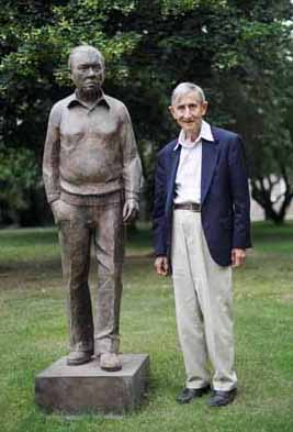 Freeman Dyson with the statue of Fred Hoyle