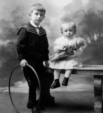 Kurt Gödel (right) with his brother Rudolf around 1908.