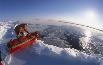 Pen Hadow crossing the Arctic ice. Image © Martin Hartley.